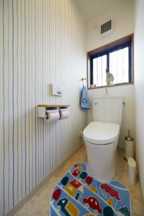 タイル貼りからストライプの壁紙が可愛いトイレへ 生駒市