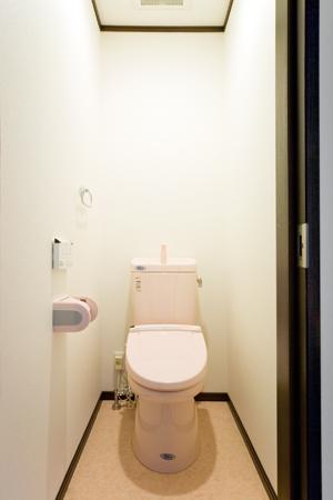 タイル貼りからクロス貼りにしてお掃除がしやすくなったトイレ 大阪市