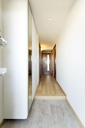 全身鏡が付いた玄関収納「コンポリア」しっくいホワイト柄 堺市
