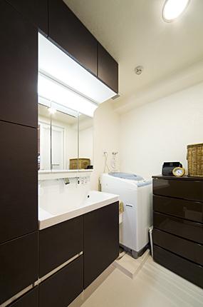広々とした落ち着きのある洗面室 神戸市