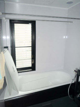 モノトーンで統一したシックな浴室 TOTOサザナ 河内長野市