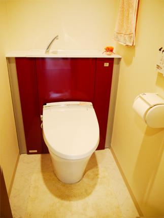 カームレッド柄がアクセントの収納一体型トイレ 大阪市