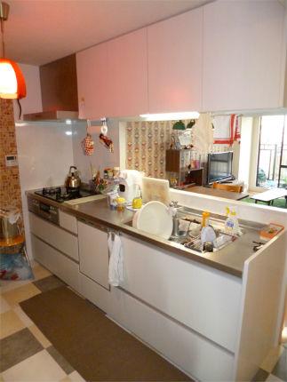 おしゃれなクロスとクッションフロアの対面型キッチン 神戸市