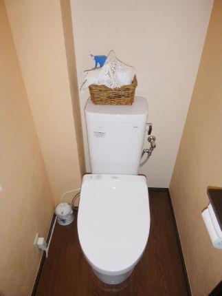 オレンジのアクセントクロスで明るいトイレ空間 ピュアレストMR 宝塚市