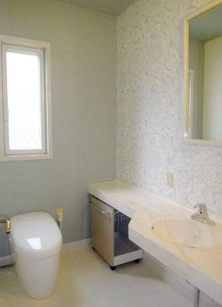 グレーホワイトの花柄クロスで高級感のあるトイレを演出 宝塚市