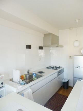 清潔感のあるホワイトで広く明るいキッチンに 神戸市