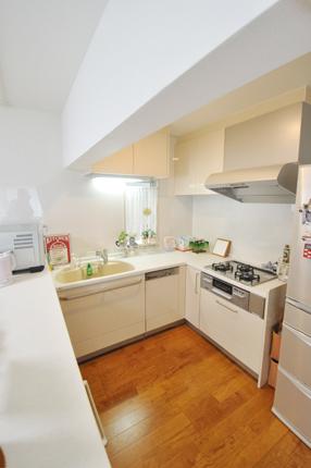 ホワイトグロッシーの扉が映えるコの字型オープンキッチン 生駒市