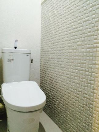 白を基調としたトイレに消臭力抜群のエコカラット「ヴィーレ」を取り入れて 堺市