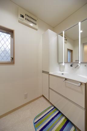 サイドキャビネットを付け収納力のある洗面化粧台 神戸市