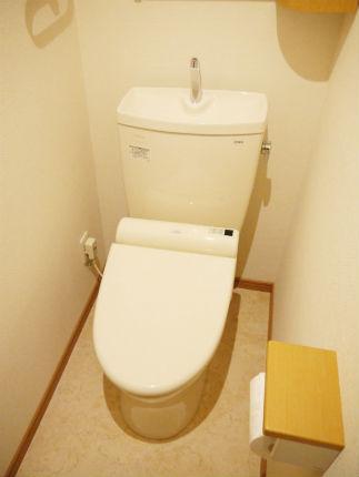 収納キャビネットを取り付けたナチュラルなトイレ空間 大阪市