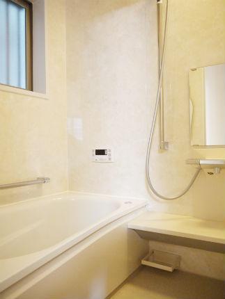大理石のようなアロマブラウンの周辺パネルで上品な浴室 大阪市
