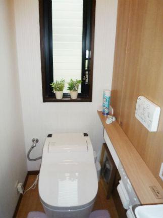 アラウーノを設置した、木目調で統一感のあるトイレ空間 河内長野市
