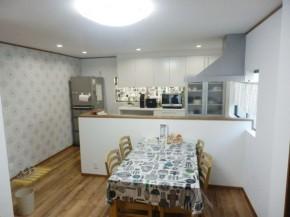 スフレホワイトのキッチンに華やかな花柄のアクセントクロス 生駒市