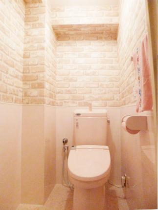 レンガ調のクロスで外国風のトイレ 芦屋市