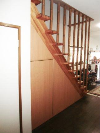 扉付きの階段下収納ですっきりとした空間に 豊中市