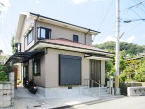 オープンな玄関アプローチと駐車場 宝塚市