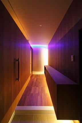 天然木と間接照明の玄関ホール 尼崎市