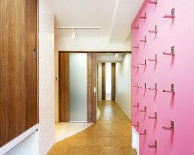 折りたたみ式フックを使用したデザイン性のある収納スペース 宝塚市