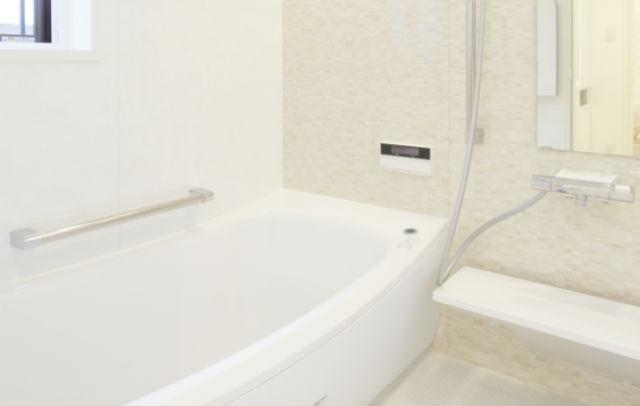 優しげな雰囲気のブリックナチュラルで明るいバスルームへ