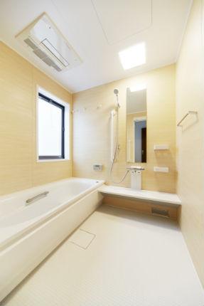 木目の質感が美しいプラナスナチュラルウッド柄パネルで心和む浴室に