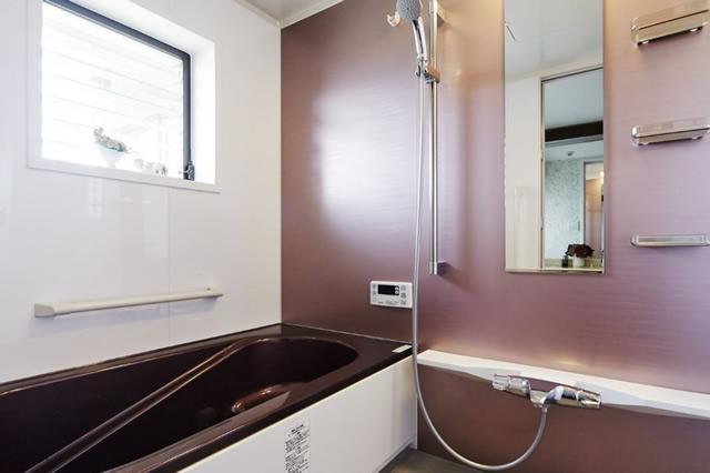 ピンクとブラウンの組み合わせが上品な浴室