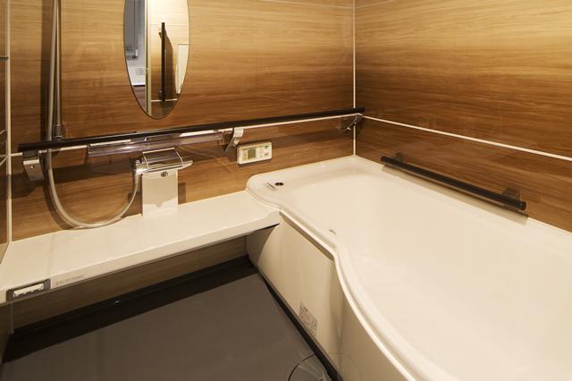 グラデウッドナチュラルのアクリアバスで高級感あふれるバスルーム