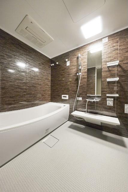 重厚なジオブラウンで浴室にホテルのような高級感を