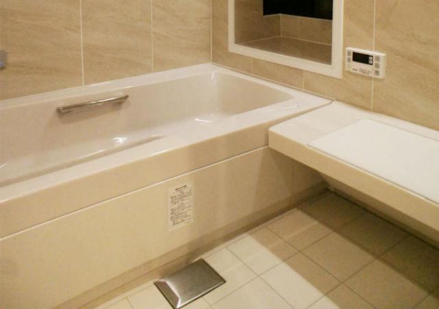肩湯や打たせ湯でリラックスできるホテルライクなバスルーム