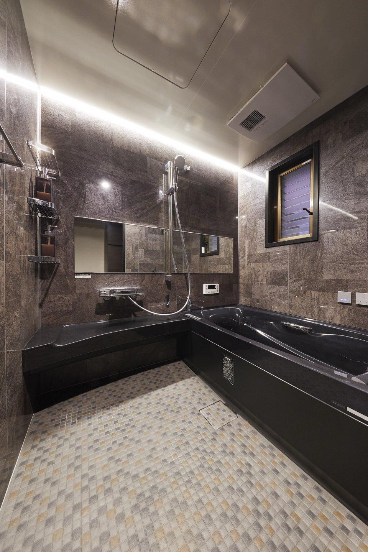 ダークトーンに統一したホテルライクな空間の浴室