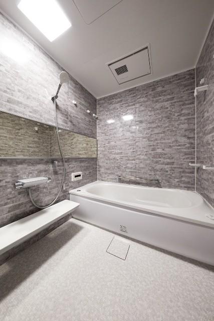 広さをみせる工夫が施された石目調が美しい浴室