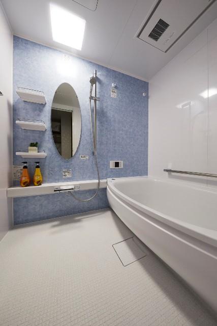 楕円ミラーが目を惹く爽やかなバスルーム