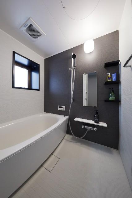 いつでも清潔を保てるシンプルモダンなバスルーム