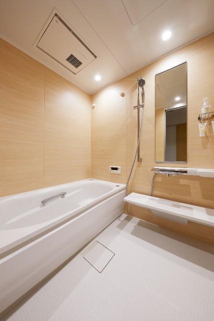 プラナスナチュラルウッド柄で彩る清掃性と安全性に長けた浴室