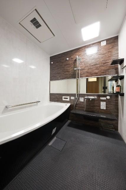 石目調の壁パネルで高級感のある浴室