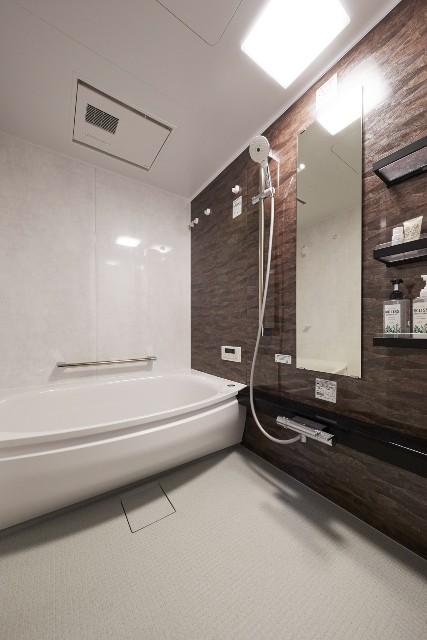 深いブラウンのパネルで落ち着いた雰囲気のバスルーム
