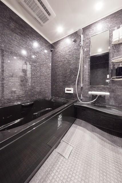 重厚な黒で統一した高級感のあるバスルーム