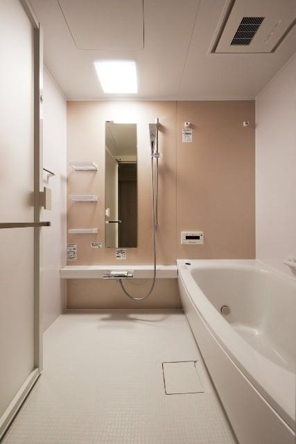 アクセントカラーのキリコサクラが可愛らしい印象の浴室