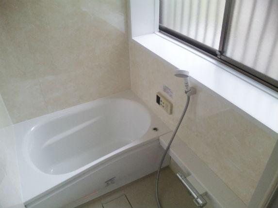 タイル貼りからアロマブラウンの壁で温もり感じる浴室へ