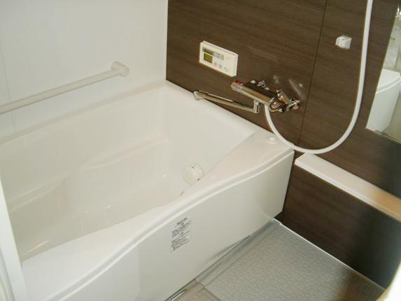 手すりや掴みやすい浴槽のフチで立ち座りが楽なバリアフリー仕様に