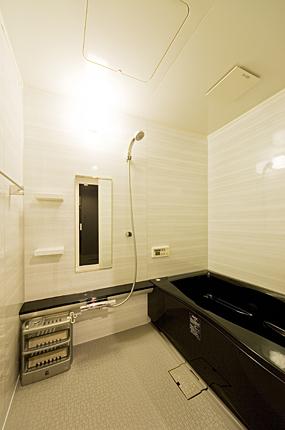 黒の浴槽でシックなバスルーム