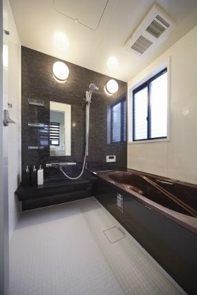 ゴールドブラウンの浴槽でシックなバスルーム