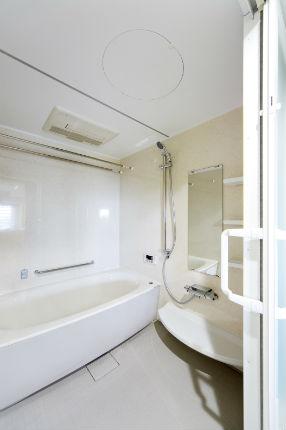 半透明の2枚引き込み戸で開放感のある浴室