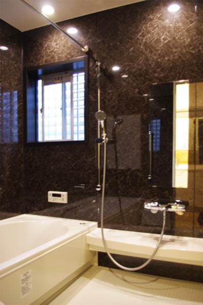 天然石貼りの高級感あふれるバスルーム