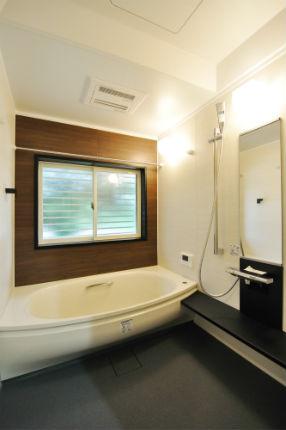 浴室を移設し、広々と生まれ変わった木目調のユニットバス