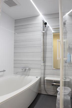 スッキリと魅せるフラットラインLEDとガラス扉でホテルの様なバスルーム