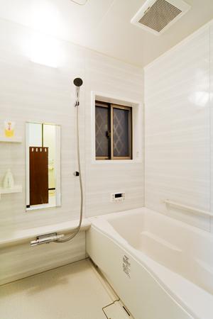 在来浴室からグラニットボーダーホワイトの『リクシル リノビオ』へ
