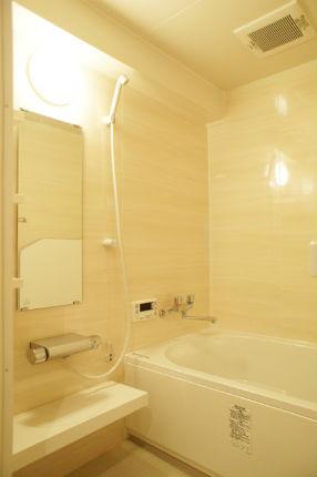 ウッドグレインライトでナチュラルな印象の浴室に リノビオV