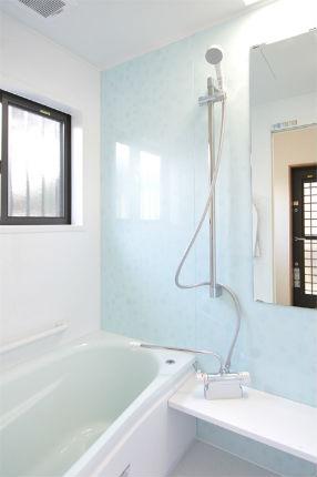『サザナ』サボンアクアのアクセントパネルでさわやかな浴室