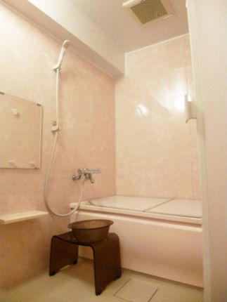 ゆったりとしたラウンド浴槽とソフィーヌピンクの浴室で上品な空間に