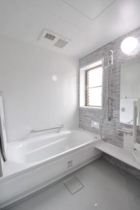 クリアライトグレーとプリエホワイトで清潔感のある浴室